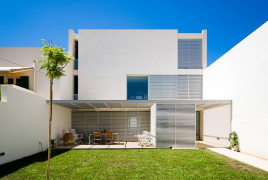 Light and Airy White House Design in the First Line of a Coastline
